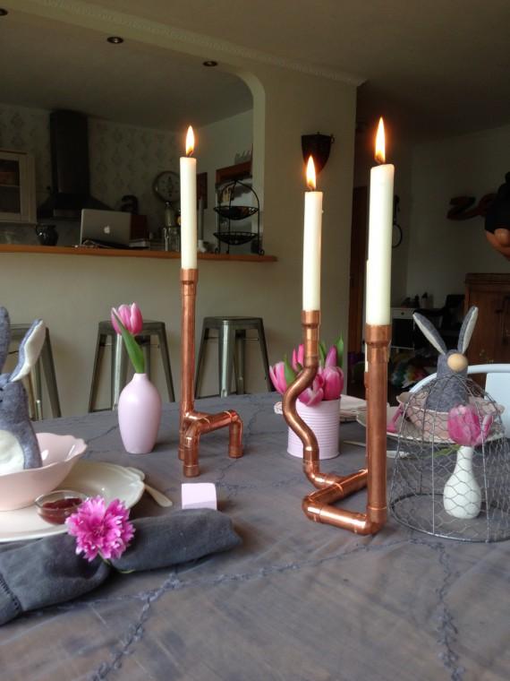 Kupfer-Kerzenständer auf dem Tisch