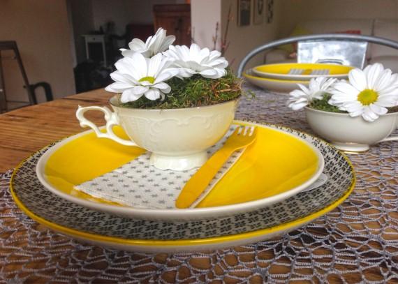 Sammeltasse als Deko mit Moos und Blumen zu neuem Geschirr