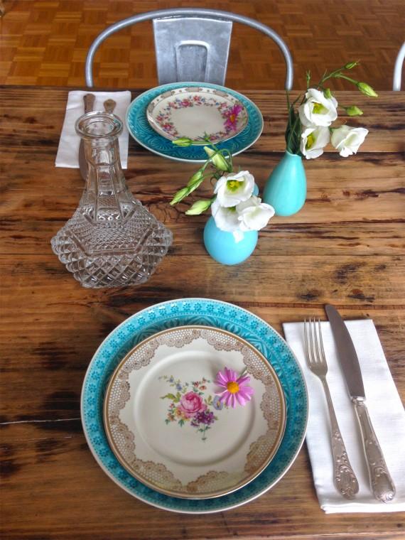 Sammelteller zu neuem Geschirr und Vasen in Türkis