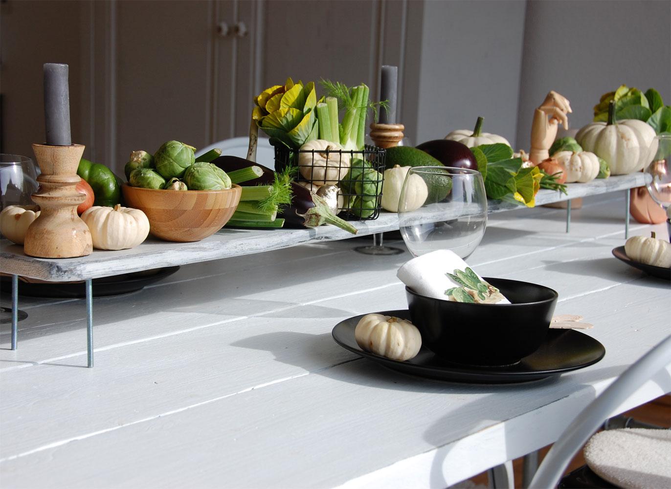 Herbstliche Tischdeko mit Gemüse und Kürbissen
