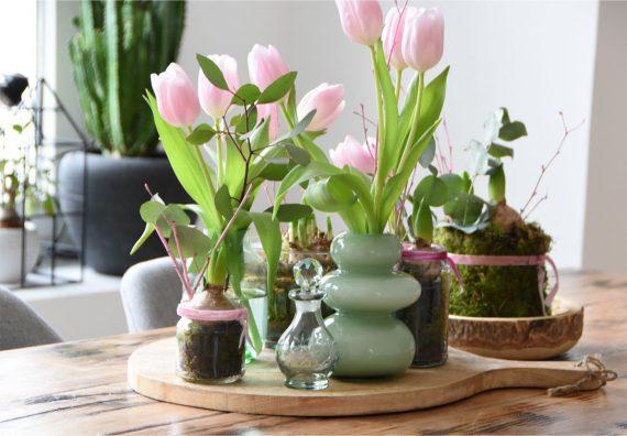 Winterdeko mit Hyazinthen und Tulpen